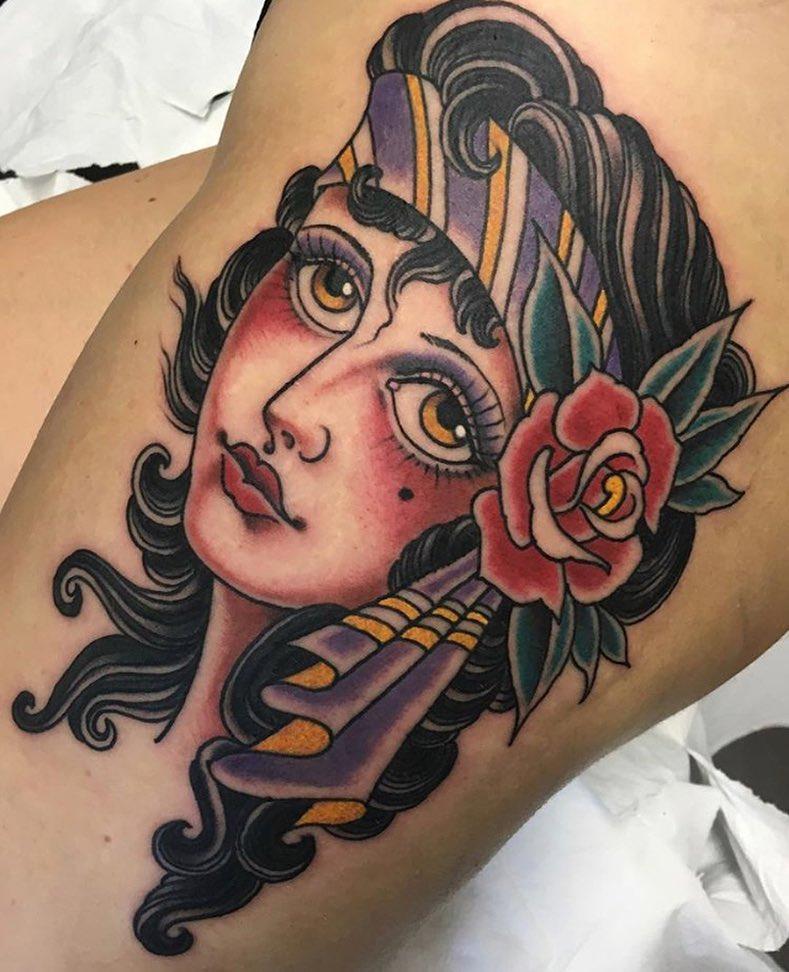 祖小姐大腿宝石蝴蝶结纹身图案                      章小姐锁骨