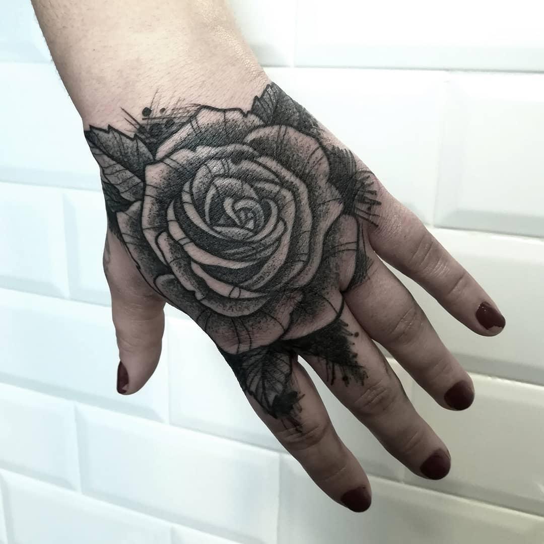 做律师助理的韩小姐手背写实玫瑰纹身图案图片