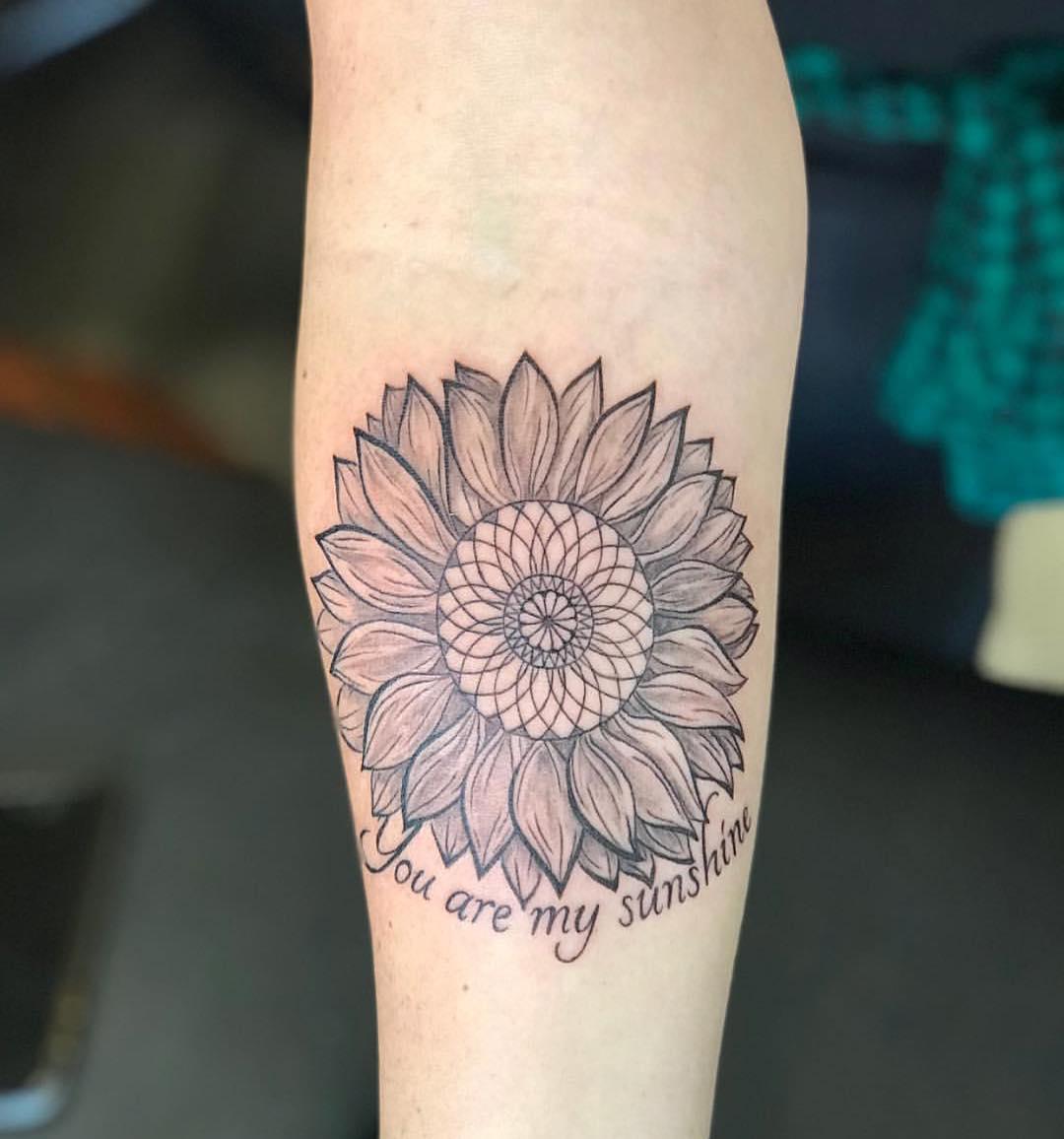 炒外汇的卢小姐后背樱花纹身图案